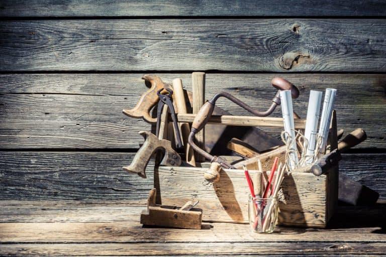 Caixa de ferramentas de madeira com materiais de marcenaria.