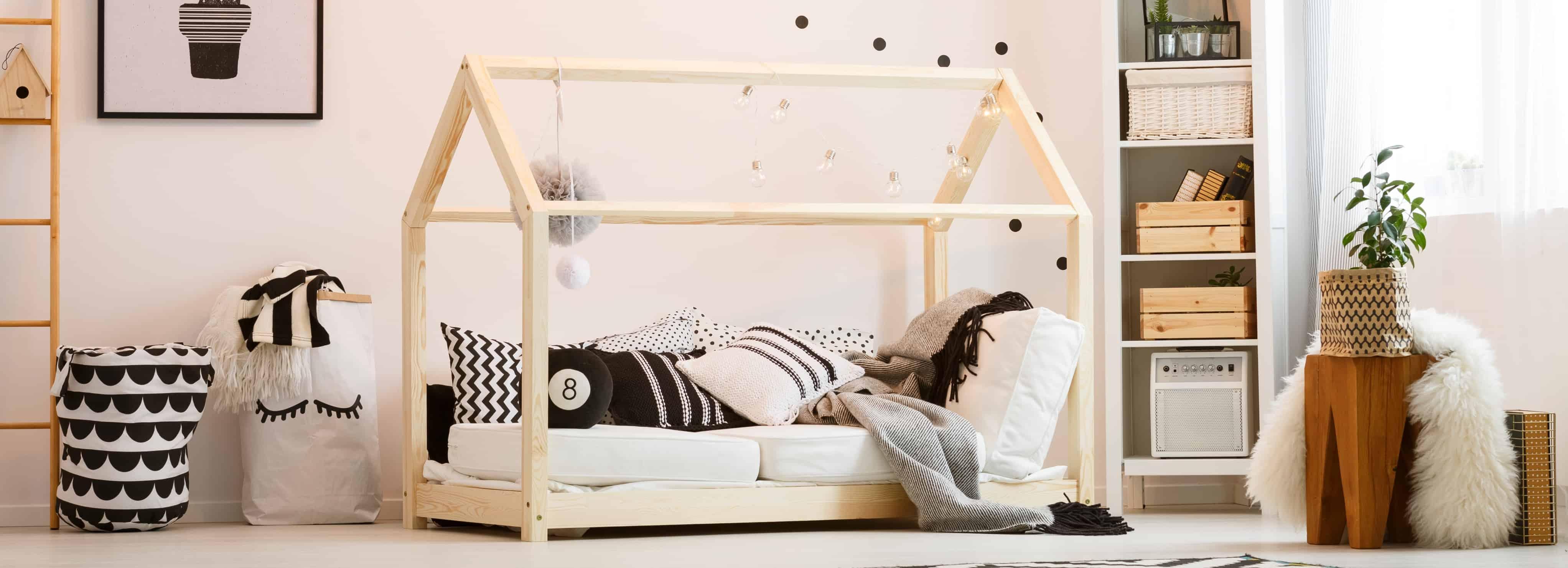 Cama montessori em quarto infantil.