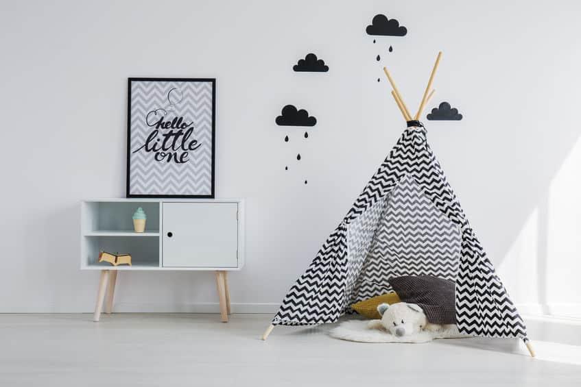 Imagem de quarto infantil com cama tipo tenda.