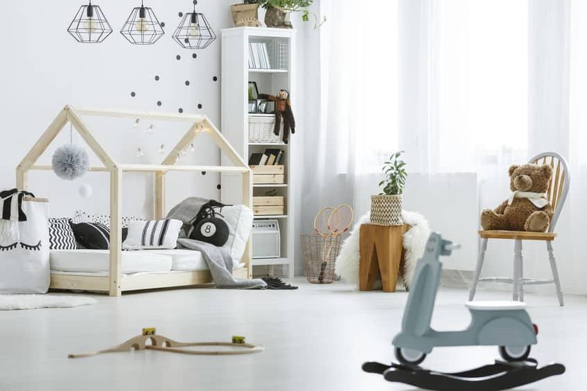 Imagem de quarto infantil com cama montessori.
