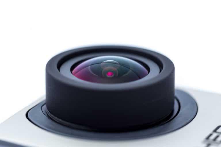 Imagem foca e destaca a lente de uma câmera de ação