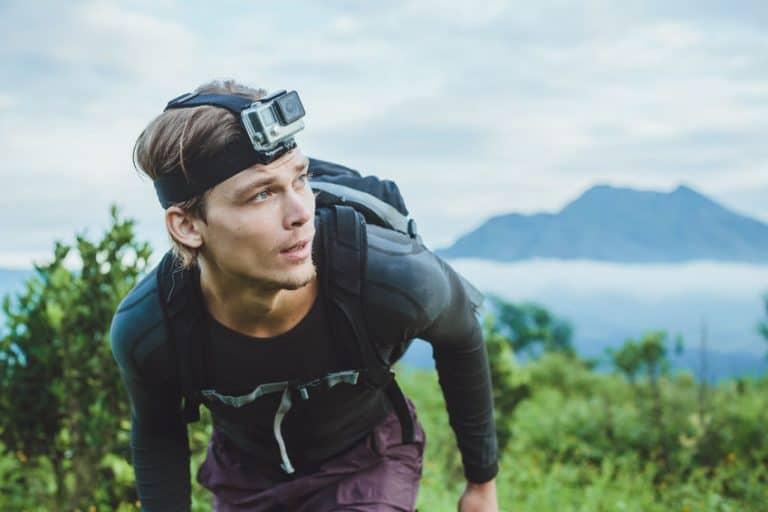 Homem usa uma câmera de ação acoplada sobre a cabeça durante uma atividade na natureza