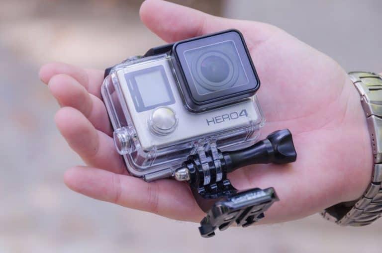 Uma mão segura uma câmera de ação em destaque