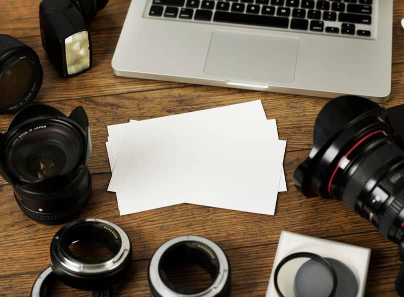 Imagem de câmera e acessórios sobre mesa.