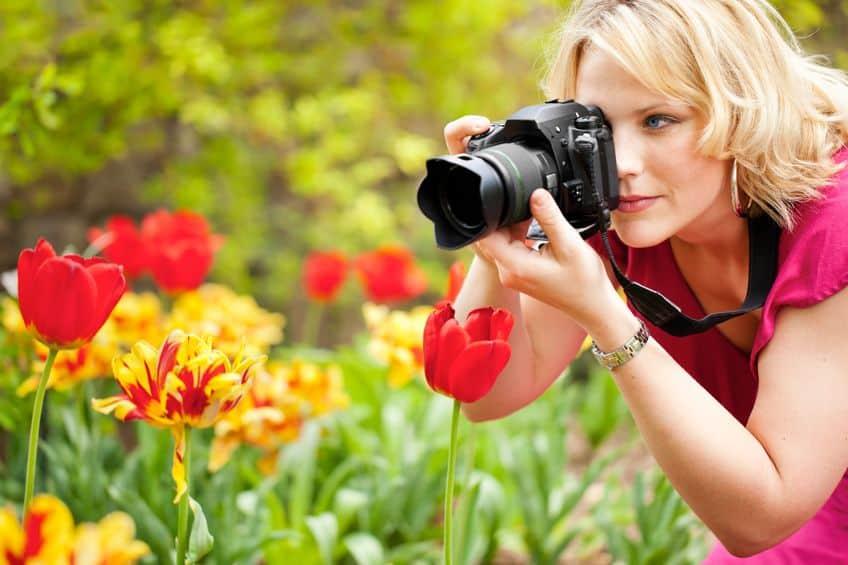 mulher com câmera digital