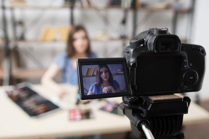 câmera digital filmando mulher
