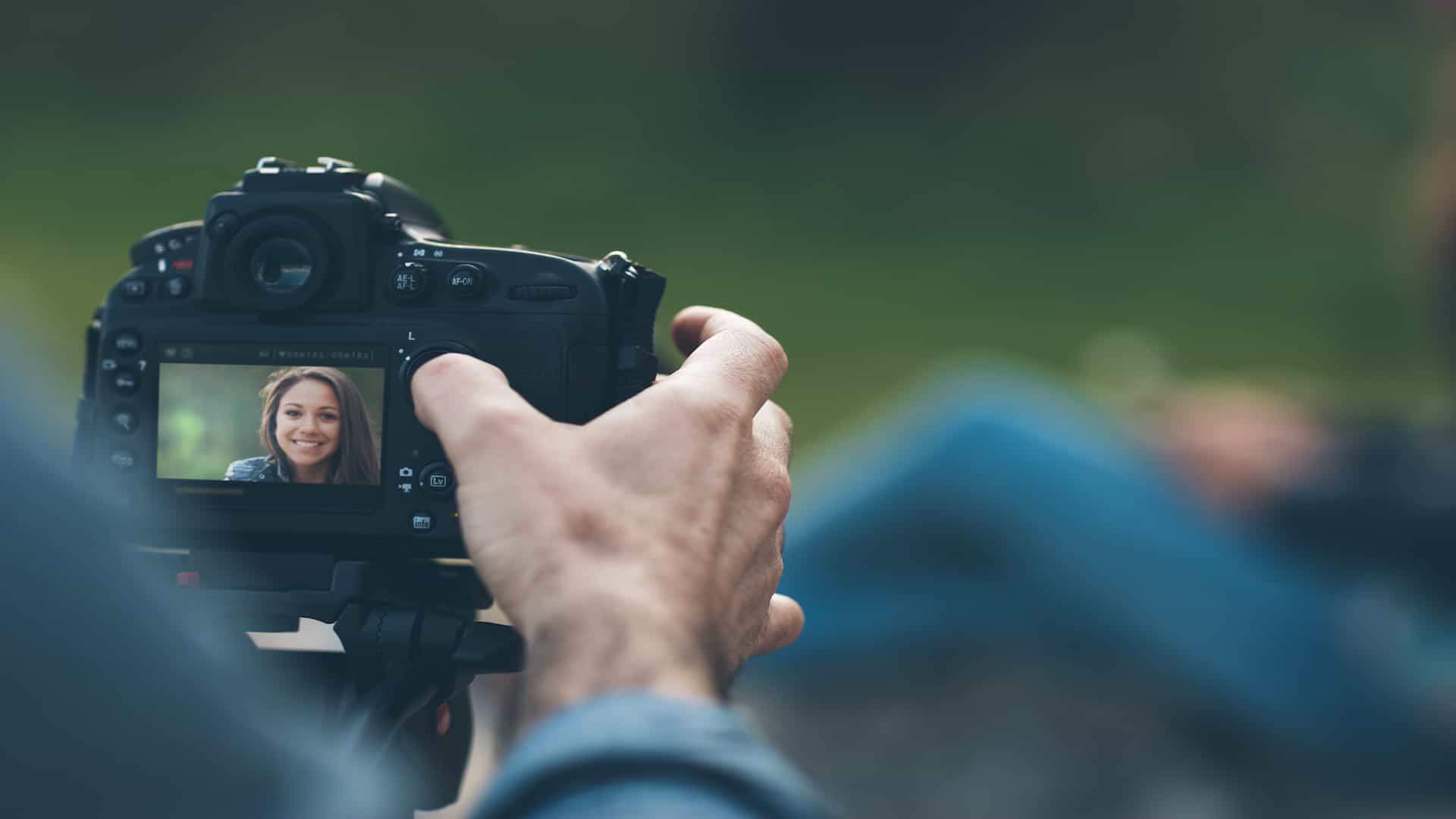 mulher segurando câmera digital
