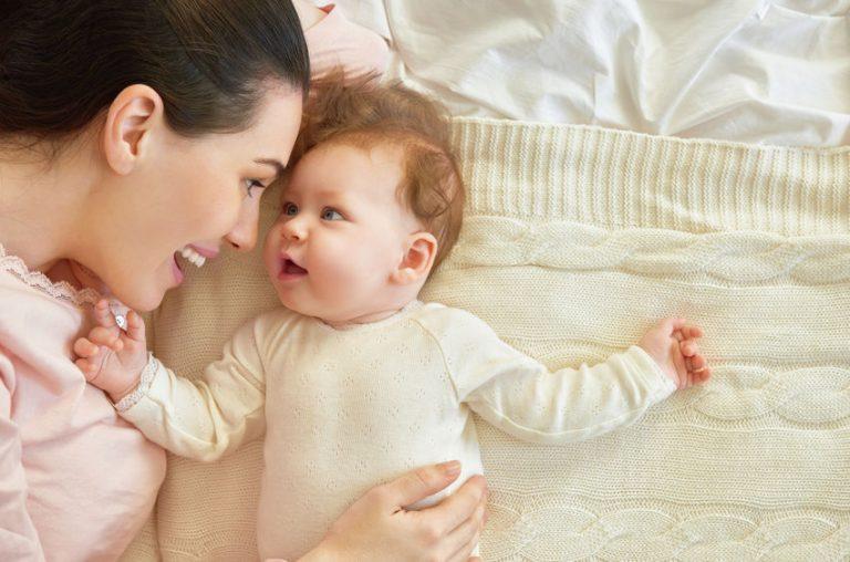 Bebê olhando para sua mãe.