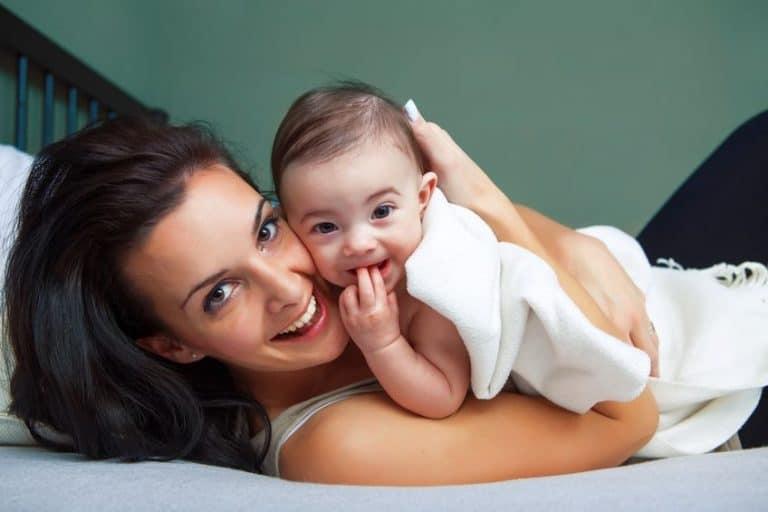 Imagem de mãe com filho no colo.