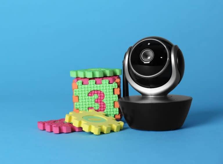 Câmera de babá eletrônica.