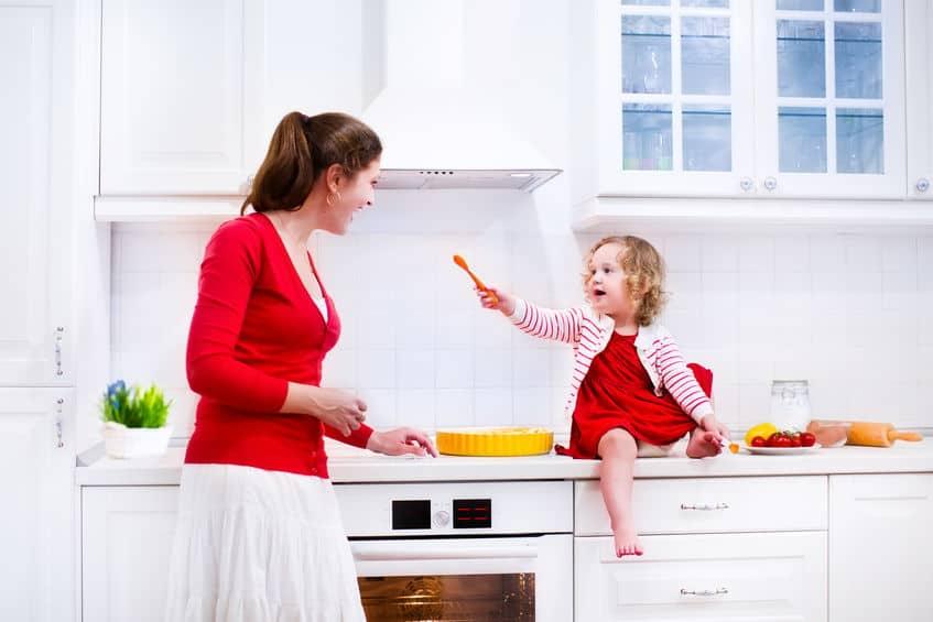 Mãe e filha na cozinha.