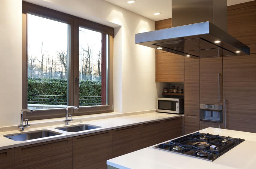Imagem de cozinha ampla com coifa.