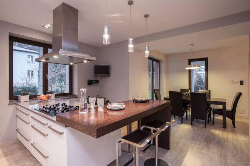 Imagem de cozinha grande e elegante.