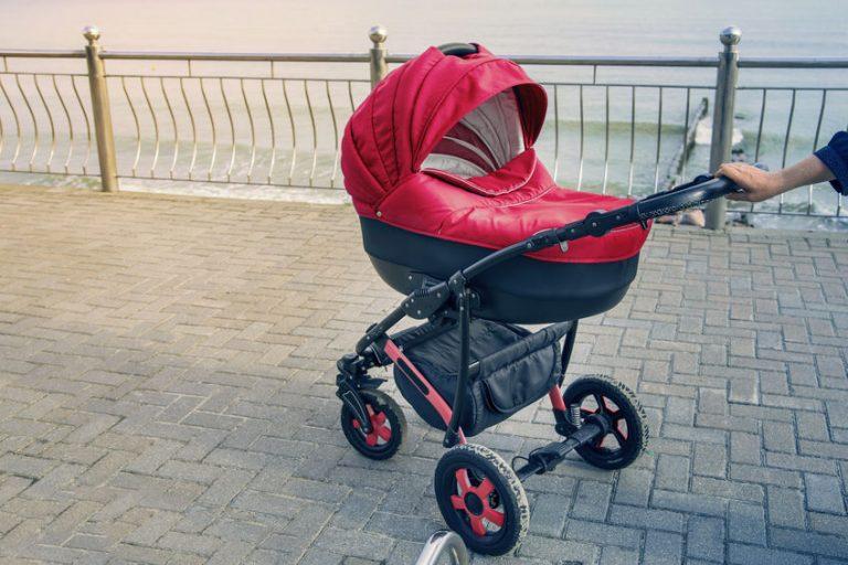 Carrinho de bebê vermelho.