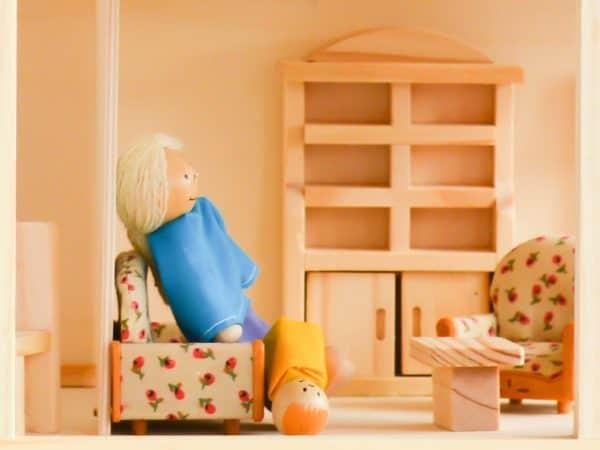 Interior de uma casa de boneca feita em madeira