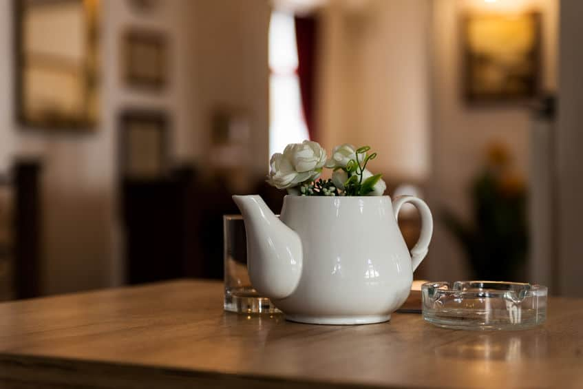 Imagem de cinzeiro sobre mesa.