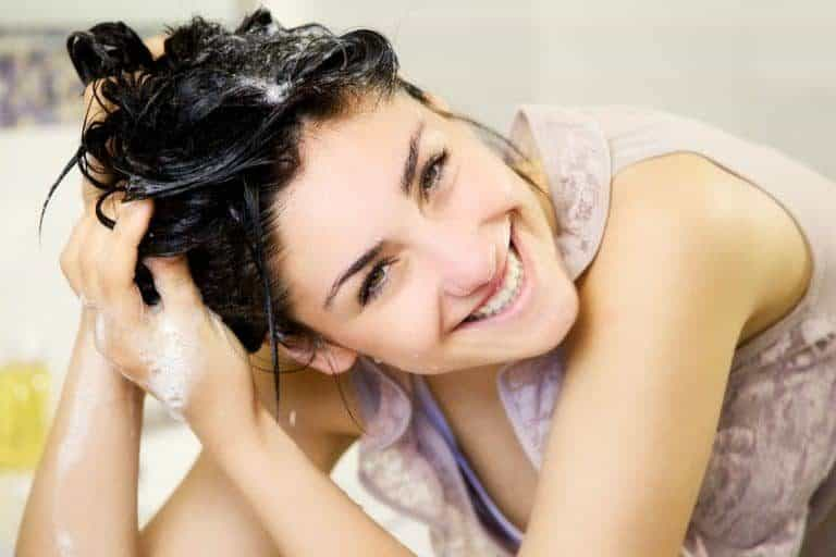 Imagem de mulher lavando cabelo.