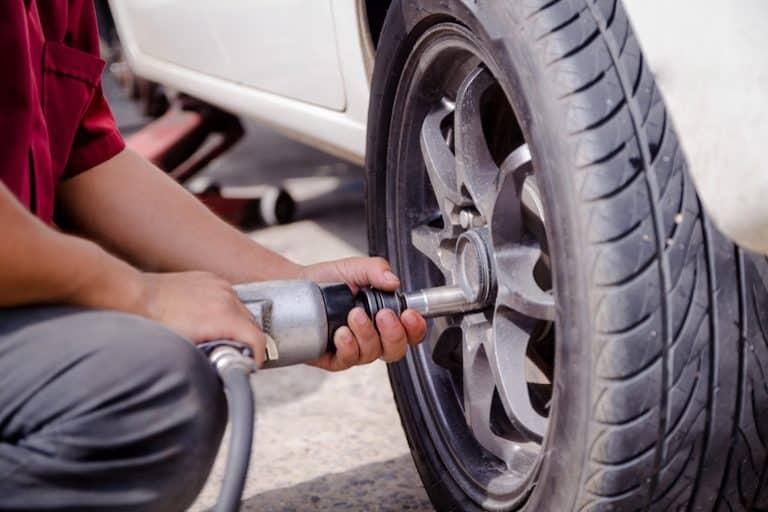Arrumando pneu.
