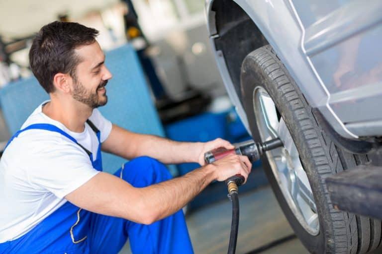Mecânico arrumando pneu.