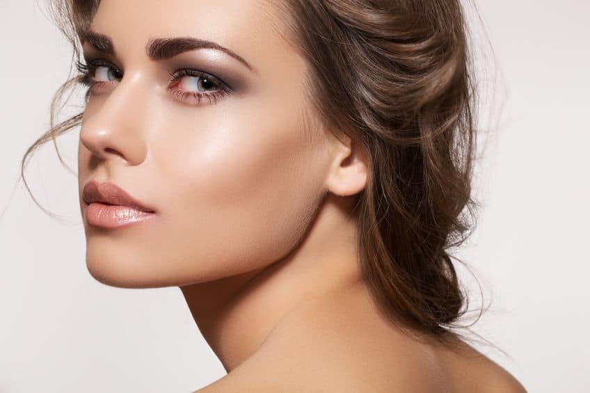 Mulher com corretivo e maquiagem