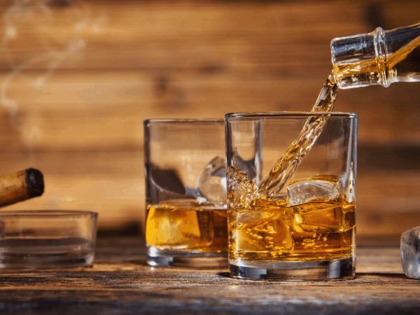 Copo com whisky e gelo