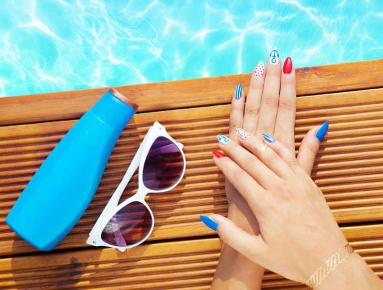 Mãos hidratadas sobre piscina.