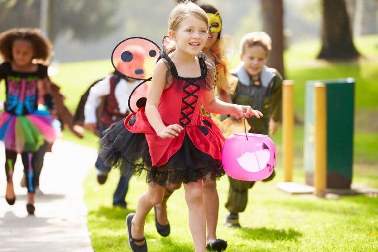 Grupo de crianças fantasiadas correndo.