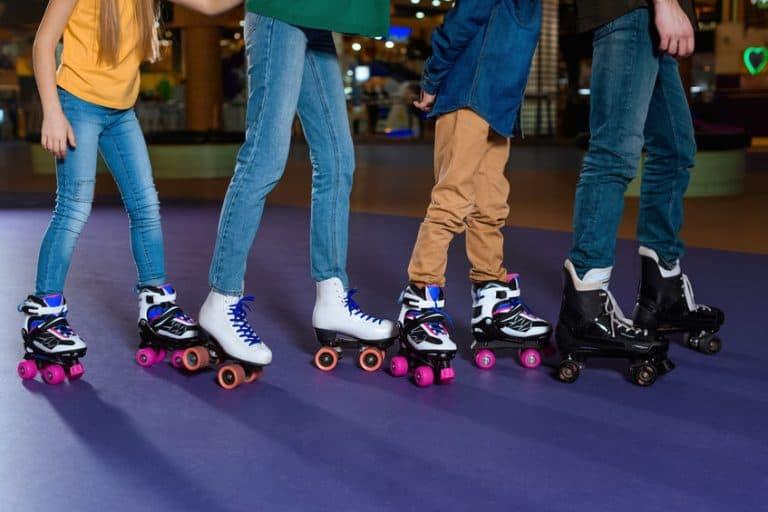 Crianças brincando patins quad.