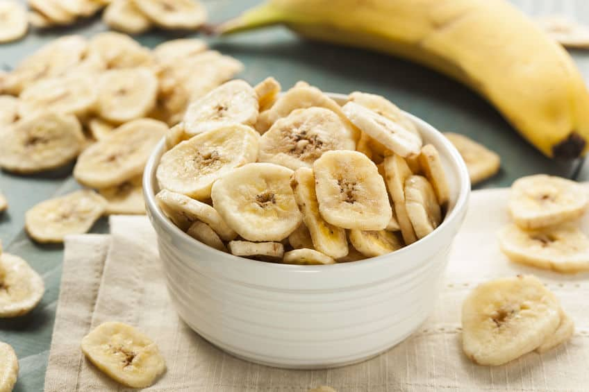 Tigela com rodelas de banana desidratada