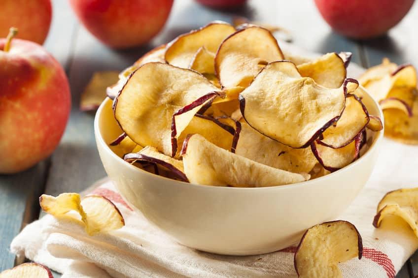 Tigela com chips de maçã desidratada
