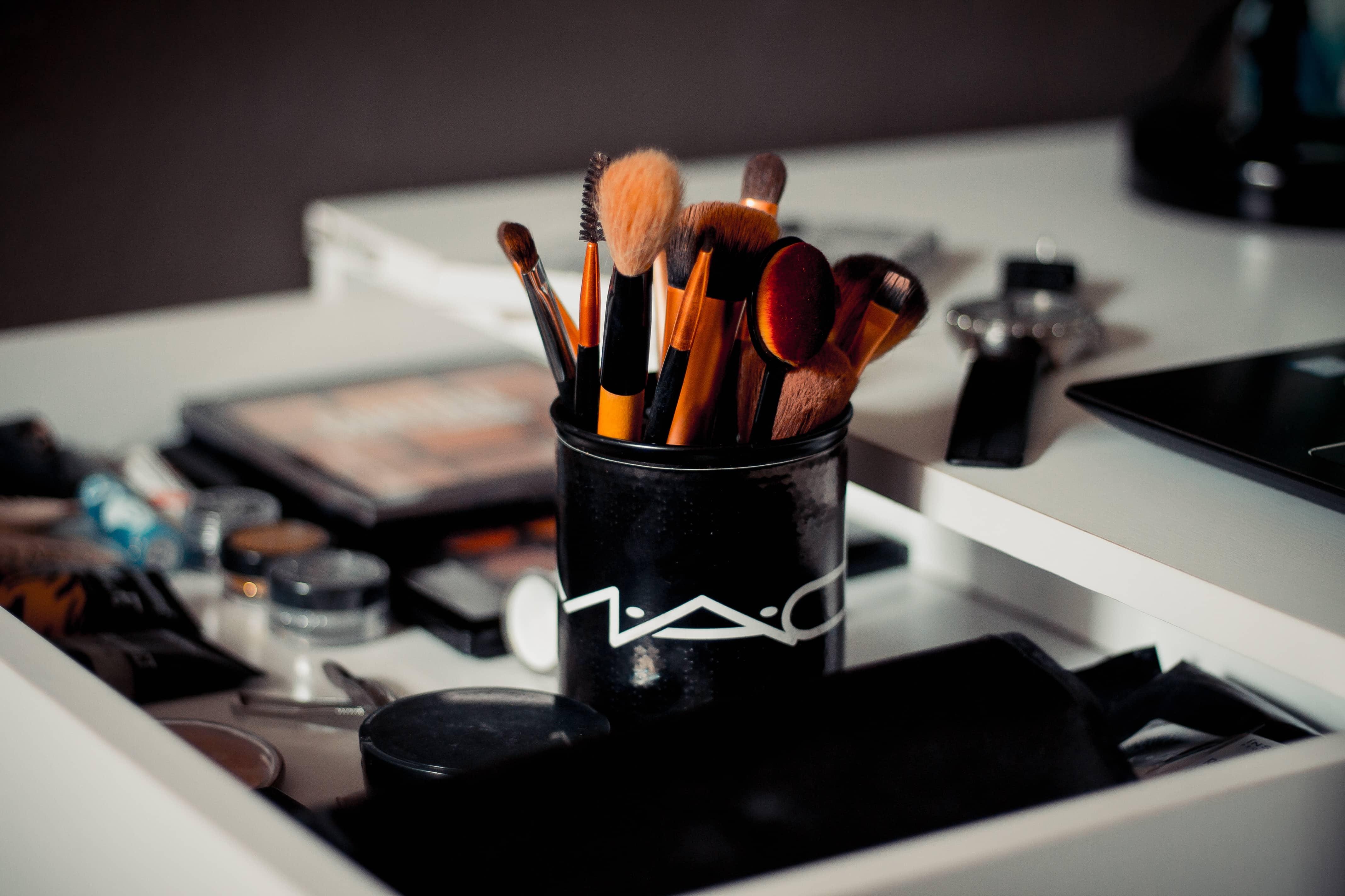Maquiagens e acessórios.