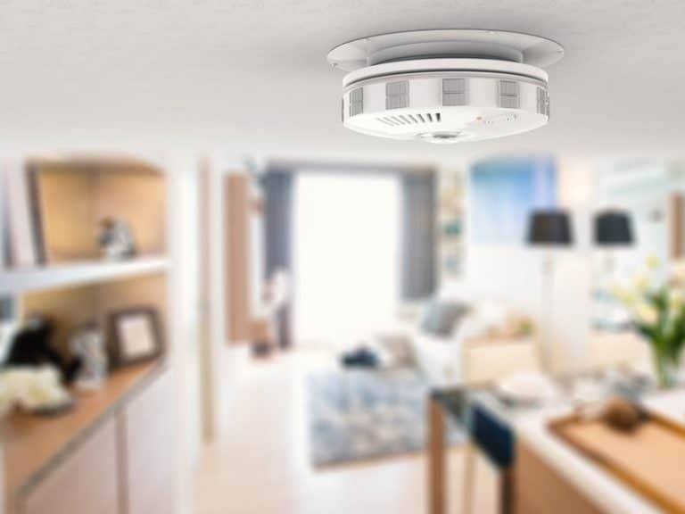 Imagem de detector de fumaça em cozinha.