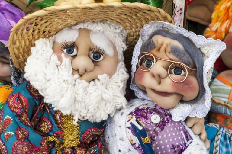 Dois bonecos de pano.