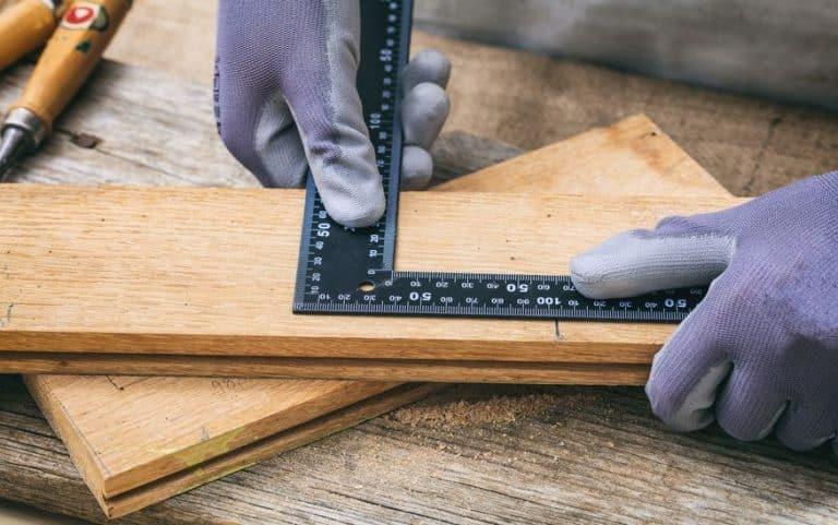 Medição de madeira com esquadro