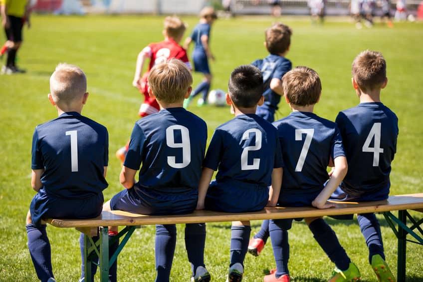 Crianças em jogo de futebol.