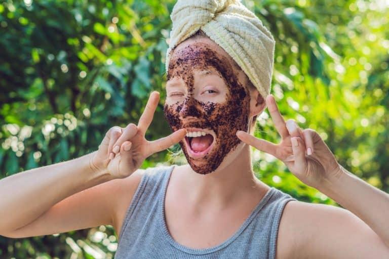 Imagem de mulher com esfoliante no rosto.