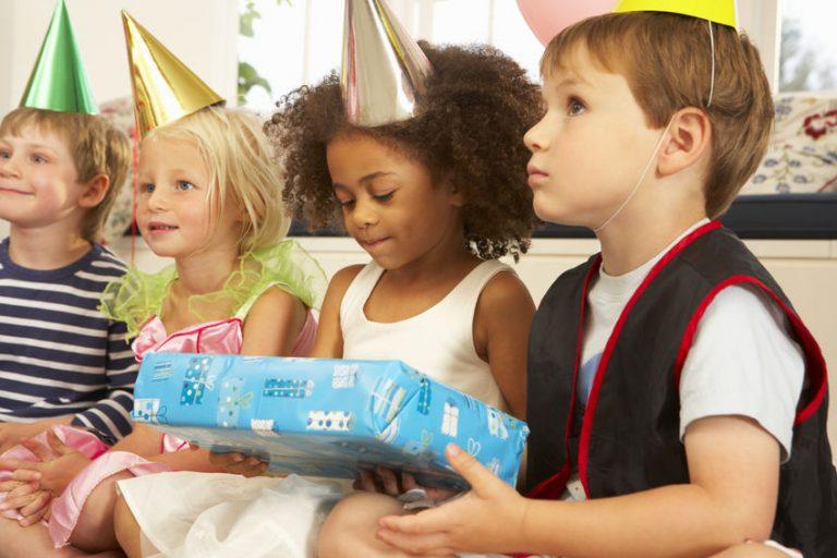 Crianças fantasiadas em festa infantil.