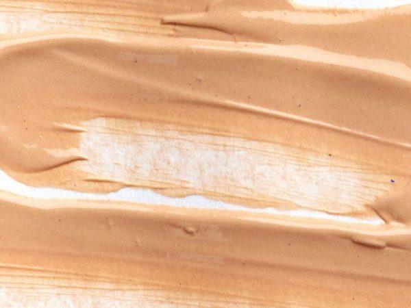 base de maquiagem líquida espalhada sobre superfície