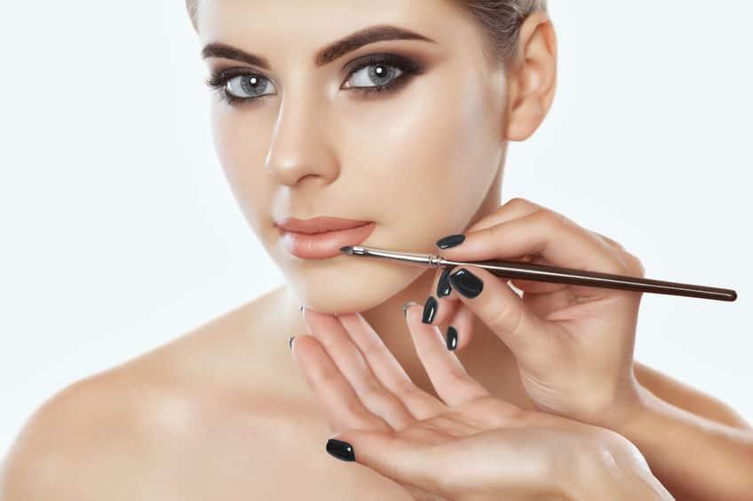 Imagem mostra uma modelo com maquiagem