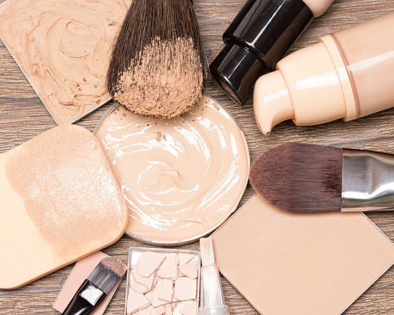 Imagem mostra bases e pincéis de maquiagem
