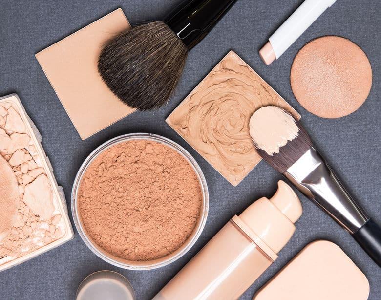 Imagem mostra pincéis e bases de maquiagem