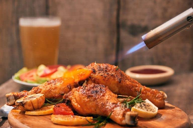 Passando maçarico culinário no frango.