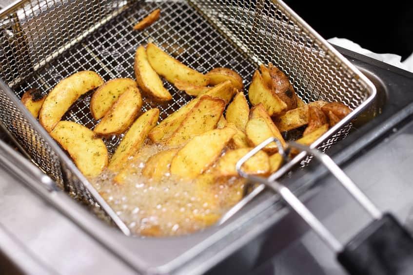 Imagem de batata sendo frita no óleo.