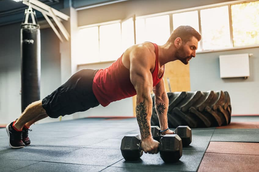 Imagem de homem treinando com pesos.
