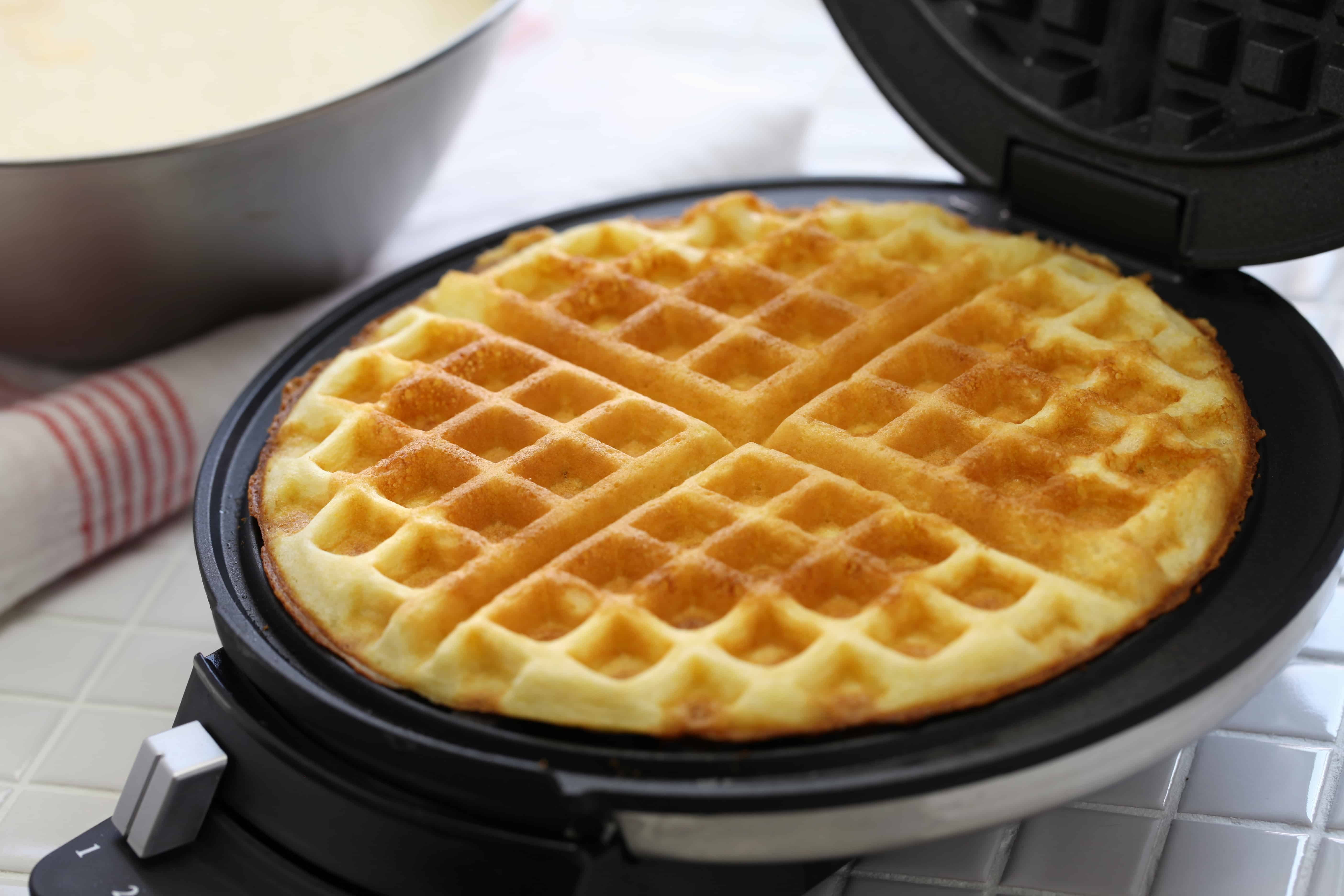 Preparando waffle na máquina.