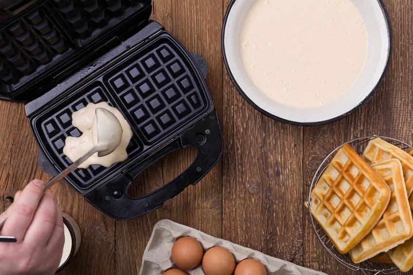 Pessoa preparando waffle.