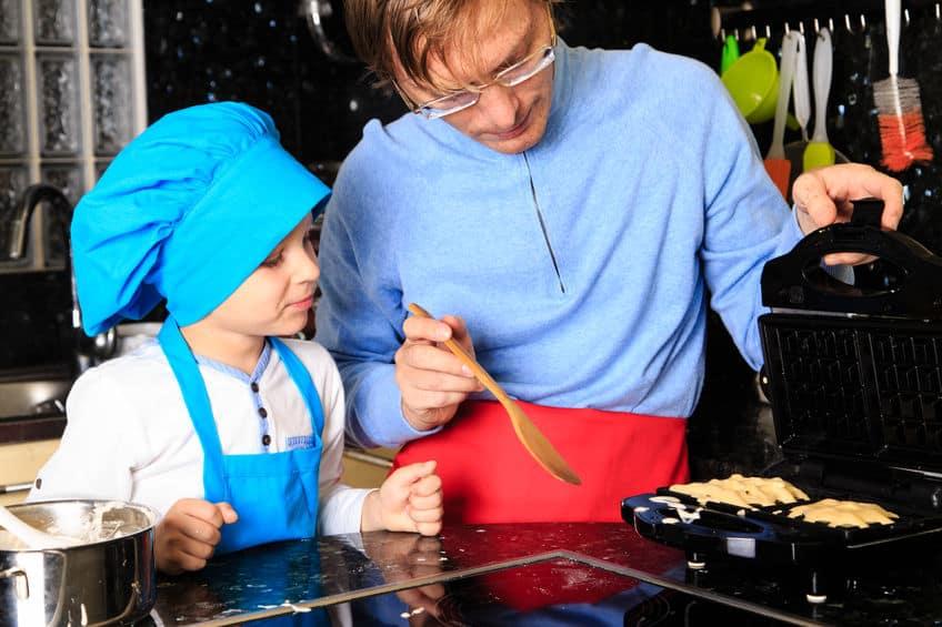 Pai e filho fazendo waffle.