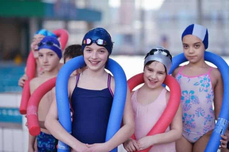 Crianças com touca de natação.