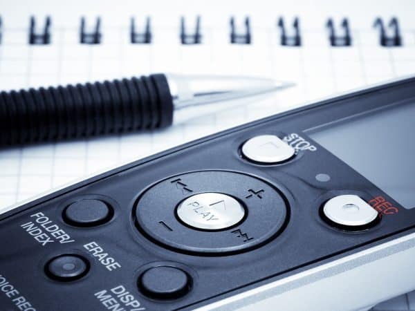 Imagem de gravador de voz sobre mesa.