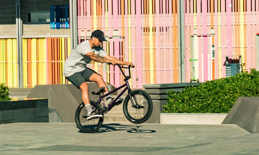 Homem com bicicleta bmx.